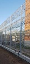 Montaż ogrodzenia wewnętrznego w obiekcie penitencjarnym.