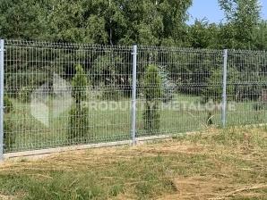 Montaż ogrodzenia panelowego z bramą z wypełnieniem palisadowym.